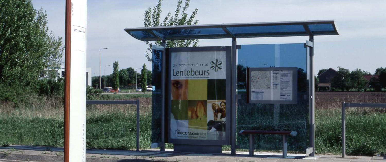 buitenstijl Regionaal Vervoer Limburg aluminiumkleurig staal en lichtgebogen lijnen blauw glas