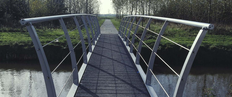 slanke en moderne brug industriewijk Baanstede Oost Purmerend lichtgrijze coating en gebogen hekwerken