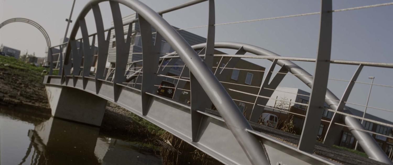 bruggen industriewijk Baanstede Oost Purmerend gebogen buisliggers lichtgrijze coating en gebogen hekwerken