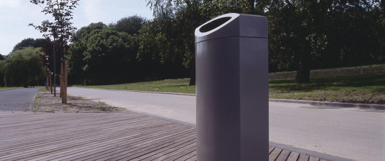 gebruiksvriendelijke aluminiumkleurige afvalbakken Rotterdam met Rotterdamse uitstraling in park