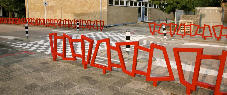 bewegwijzering Kindercampus Pendrecht opvallende rode hekwerken en stalen draadfiguren