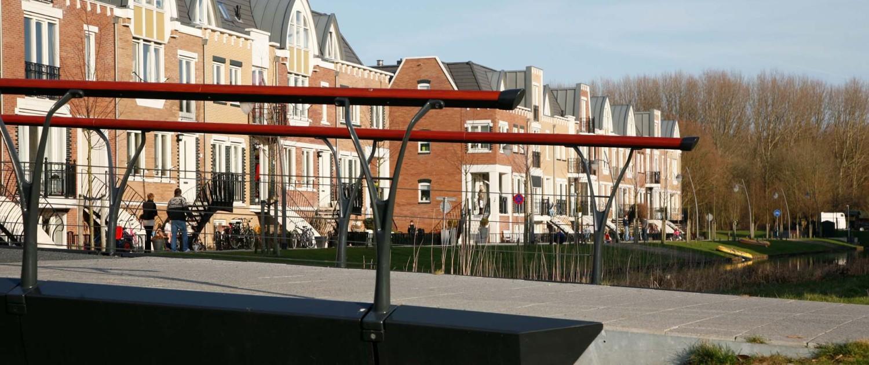 brug Park Allemansgeest Voorschoten jügendstil-invloeden oranjekleurig gebeitste houten handregel en gevorkte gietaluminium balusters