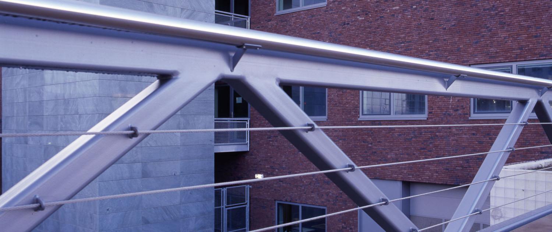 moderne strakke vakwerkbrug Maaslandziekenhuis hekwerk