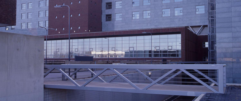 eenvoudige sobere stalen vakwerkbruggen Maaslandziekenhuis voor voetgangers