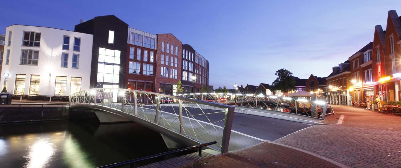 verkeersbrug Noordkade Spijkenisse verkeersbrug computergestuurde witte ledverlichting avond geïntegreerd in handregel