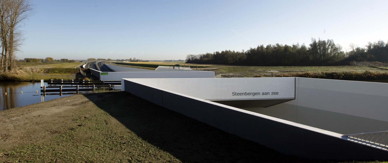 aquaduct Steenbergen opvallend kleurgebruik en aluminium lamellenvlakken