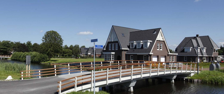Amstelveen toegangsbruggen Park Meerlanden maatwerk hekwerk warm verwelkomend afstandelijker en landelijk stalen balusters en hardhouten handregels en tussenregels