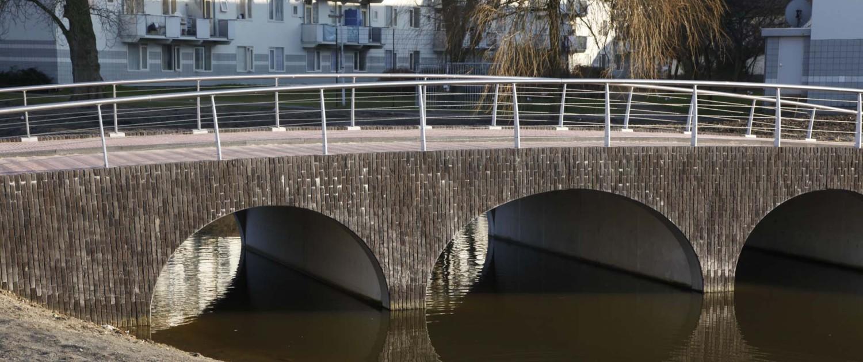 boogbrug Nieuwe Marnixstraat Leiden bakstenen wanden verticaal metselwerk