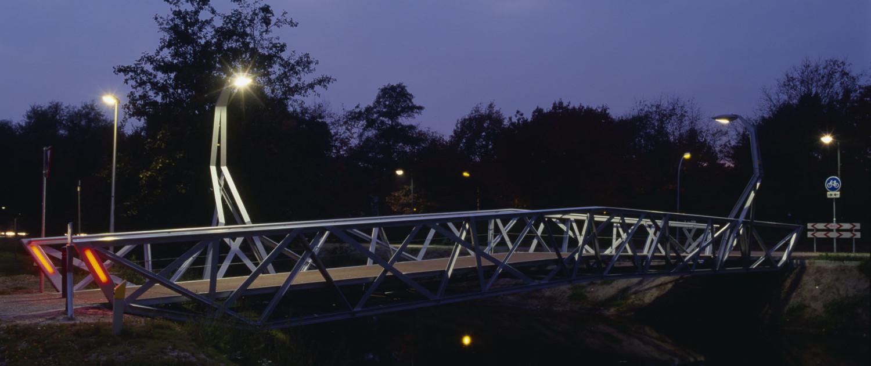 rode verlichting brug Halvezolenpark Waalwijk nacht