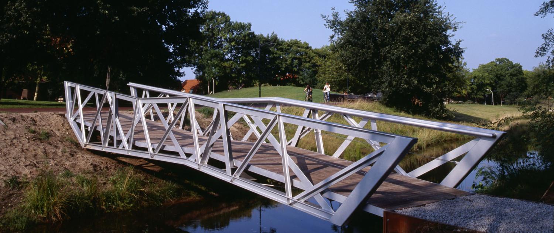 fietsbrug Halvezolenpark Waalwijk stalen asymmetrische vakwerkconstructie T-profielen