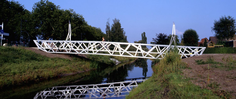 fietsbrug Halvezolenpark Waalwijk zilverkleurig gecoate vakwerkconstructie