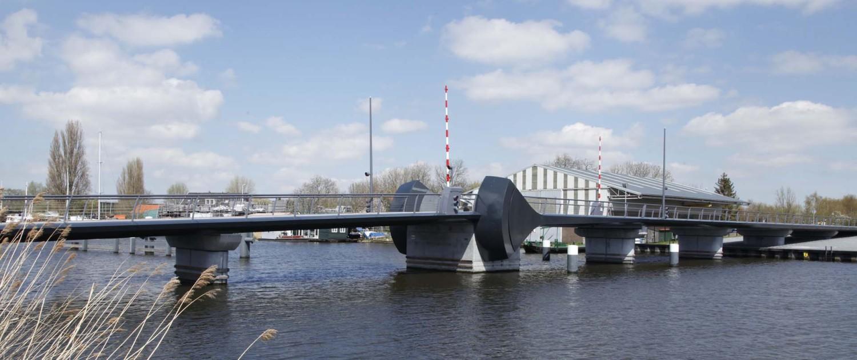 verbindingsbrug Kadoelenbrug Amsterdam onderhoudsarm strakke belijning kunststoffen randelementen