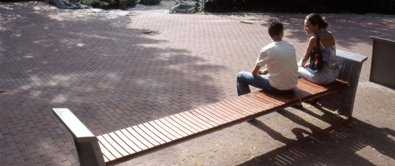 buitenstijl Zoetermeer aluminiumkleurig staal en roodbruin hout zitelement