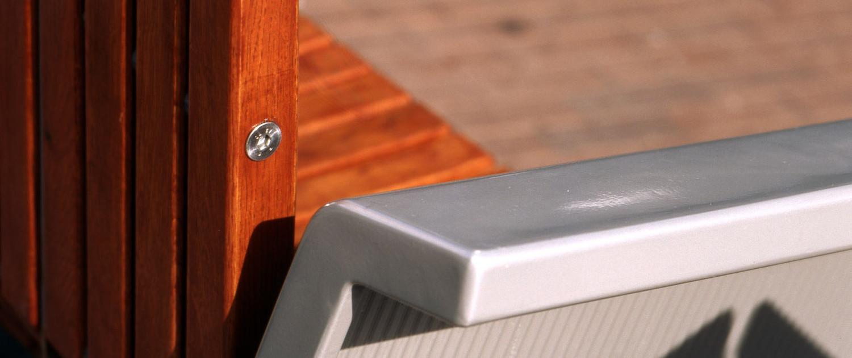 bijzonder materiaalgebruik aluminiumkleurig staal en roodbruin hout vandalisme bestendig met chique huiselijke uitstraling