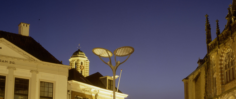 eenvoudig strak ontwerp lichtmast Grote Markt Zwolle stalen lichtmast met klokvormige uithouders