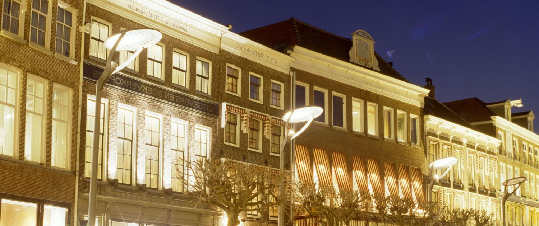 strakke stalen lichtmast met ronde aluminium reflectorschijven nacht belichting