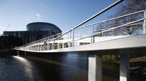 nieuwe voetgangersbrug de Tanerij Zwolle bijzondere uitstraling moderne architectuur sober hekwerk vlakke onderzijde