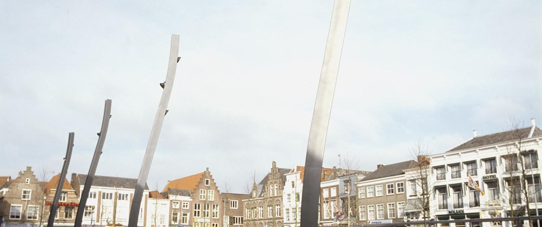 lichtmasten Grote Markt Goes staan op vierkante met hout bekleede betonnen sokkels