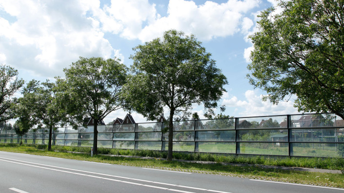 funderingsloos geluidsscherm stalen staanders gefundeerd op een betonnen plaat