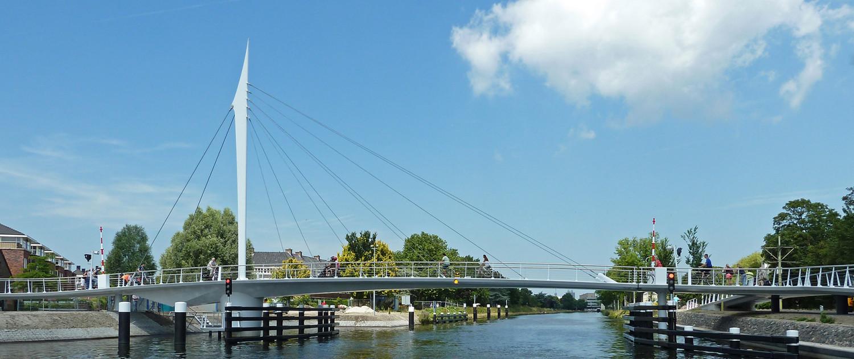 Draaibrug De Oversteek Rijswijk slank staal in innovatief concept