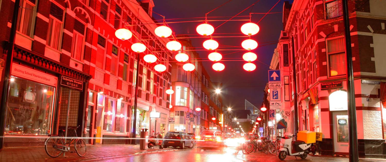 grid van lampionnen Chinatown Den Haag verlichting Wagenstraat close-up lichtarchitectuur kunststof spankabels en verstelbare rvs stang