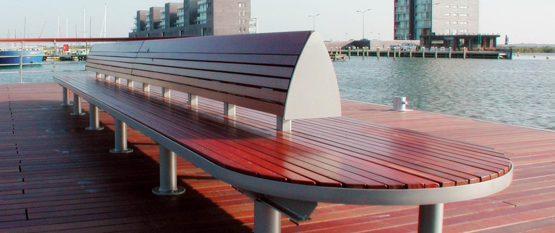 Almere Haven vormtaal straatmeubilair houten banken en steiger