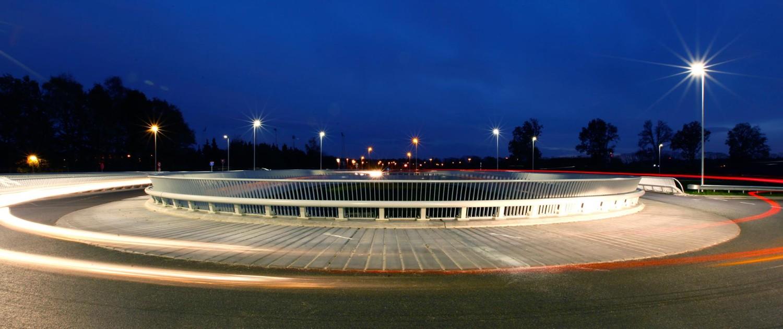 ovonde en fietsbrug Rondweg Emmen verlichting avond geïntegreerde vangrail en hekwerk in maatwerkoplossing