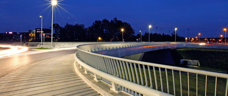 ovonde en fietsbrug Rondweg Emmen betonnen kokerliggers benadrukt door hekwerk en betonnen schortelementen