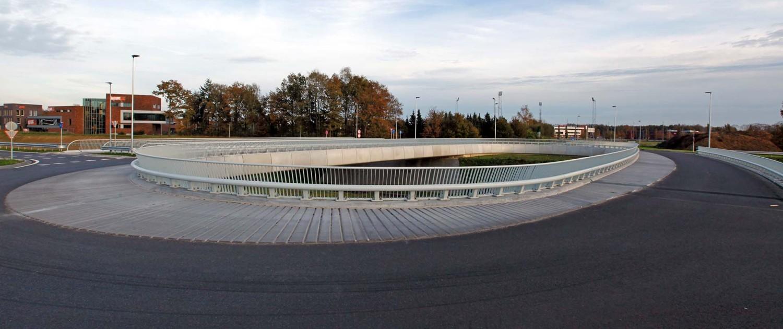 ovatonde en fietsbrug Rondweg Emmen drie-eenheid van twee verkeersbruggen en naastgelegen fietsbrug