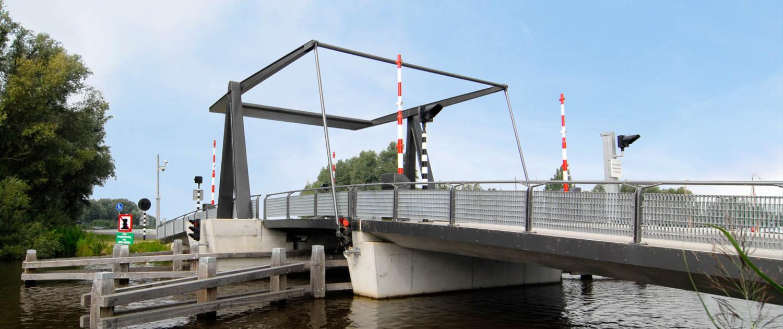 stalen hameistijlen betonnen brugconstructie nieuwe randweg watersportdorp Heeg ophaalbrugbrug gesloten
