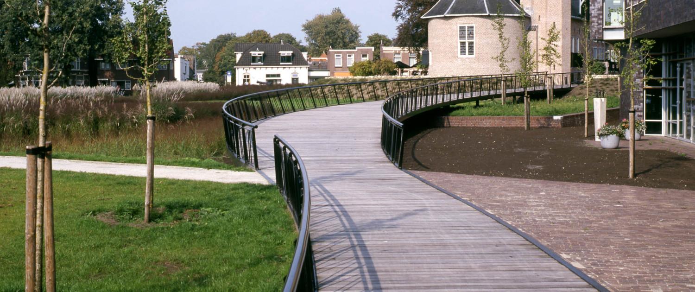 brug Weeshuiswijde Coevorden Roelofs houten vlonderdelen gestort op betonplaten visueel doorlopend hekwerk vloeiende lijnen