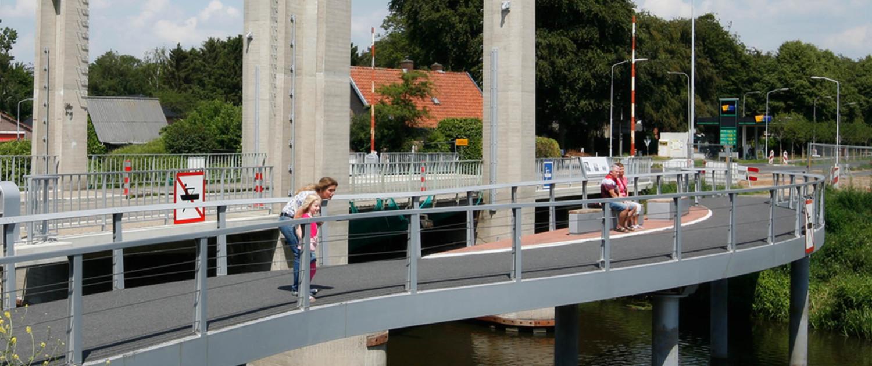 oude hefbrug gerenoveerd en nieuwe naastgelegen voetgangersbrug Ulft uitzicht loopbrug inclusief zitgelegenheid en informatiepunt