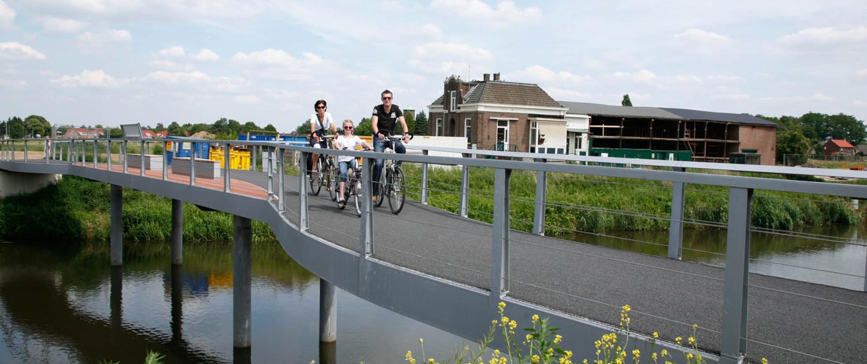 oude hefbrug gerenoveerd en nieuwe naastgelegen voetgangersbrug Ulft sober en transparant ontwerp hekwerk van stalen balusters en spankabels