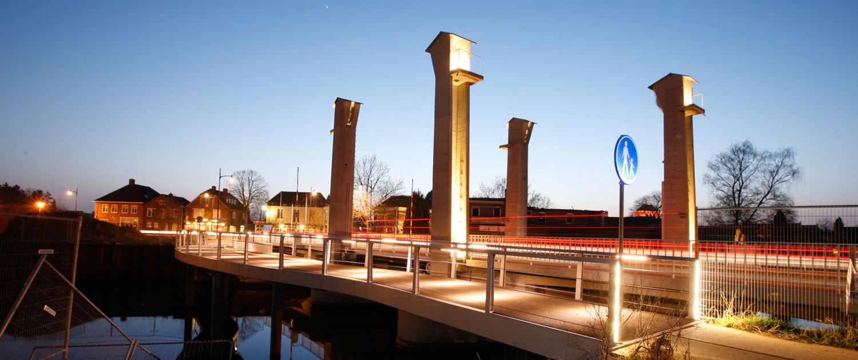gerenoveerde oude hefbrug nieuwe naastgelegen voetgangersbrug Ulft lichtontwerp aanlichting katrolhuizen en strijklicht heftorens