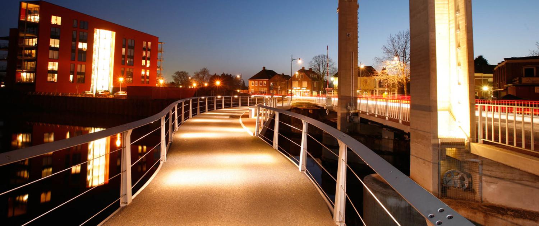 gerenoveerde oude hefbrug nieuwe naastgelegen voetgangersbrug Ulft ledvelrichting handregel en verlichting in eindbalusters