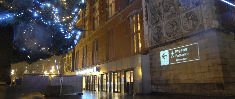 verlichting nachtentree station Amsterdam CS, projectie op de muur