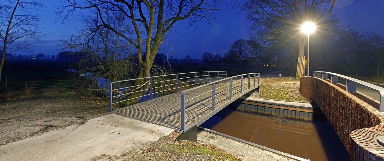 fiets- en verkeersbrug over de Reest 's avonds, ymago lichtmasten op de hoeken, brugontwerp door ipv Delft