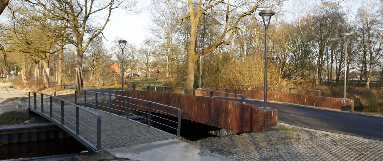 fietsbrug en verkeersbrug over de Reest, de verkeersbrug is gebouwd met verticale bakstenen, en vier ymago lichtmasten op de hoeken, brugontwerp door ipv Delft