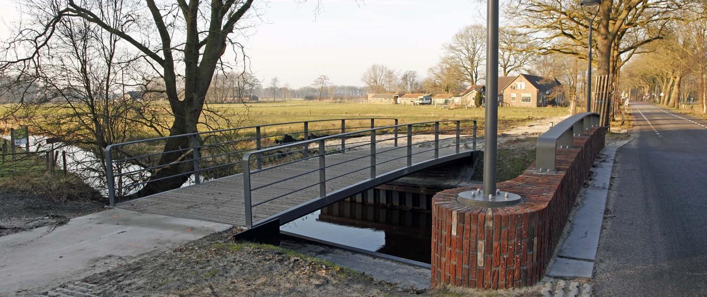 brugontwerpen van fietsbrug en verkeersbrug over de Reest, verkeersbrug is benadrukt door vier ymago lichtmasten