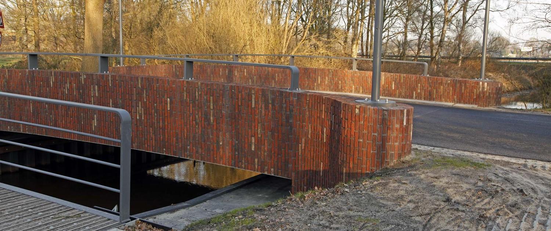 fiets- en verkeersbrug over de Reest, verkeersbrug is gebouwd met horizontale bakstenen, ligging benadrukt door vier Ymago lichtmasten, brugontwerpen door ipv Delft