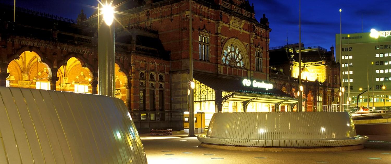 stalen cirkelbank groningen, cirkelbanken van gebogen staalstrips op vernieuwd stationsplein Groningen, ontwerp door ipv Delft
