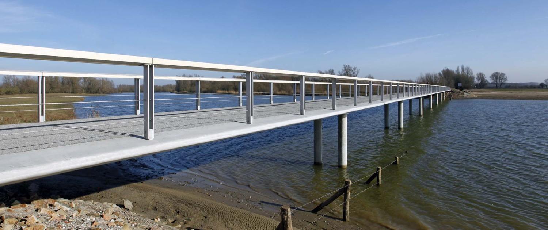 overstroombare brug in beton, hydrodynamisch ontwerp, duurzaam brugontwerp door ipv Delft, brug in Fortmond Olst