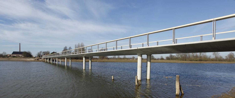 betonnen pilaren onder duurzame, hydrodynamische, overstroombare brug in Fortmond Olst, brugontwerp door ipv Delft