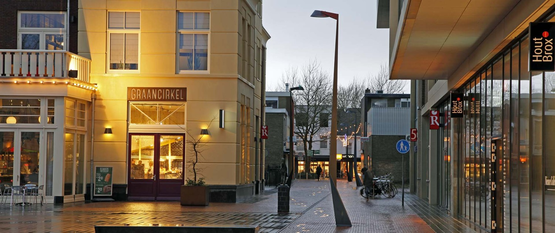 verlichting Raadhuisplein Drachten, lantaarnpalen met geometrische vormen, lichtontwerp door ipv Delft