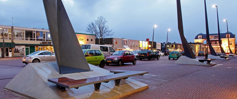 lichtmasten in een rij op Raadhuisplein Drachten, lichtontwerp met geometrische vormen door ipv Delft