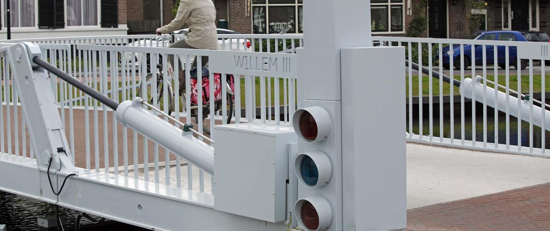 verkeerslicht scheepvaartsein klapbrug Willem III in Assen, brugontwerp door ipv Delft, fiets en voetgangersbrug