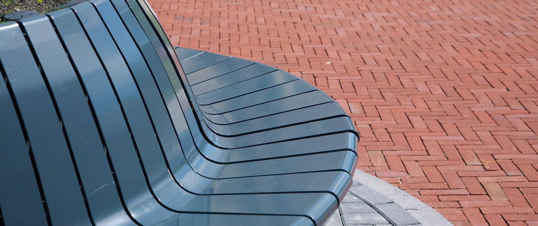 boombak bank Heemskerk ipv Delft Nationale Bomenbank en Jan Kuipers Nunspeet antracietkleurige zitting in vorm gezette staalstrip