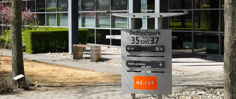 buitenstijl Delftech Park hightech sfeervol ecologisch ontwerp uitstraling rvs panelen complementerende luifel bewegwijzering