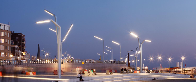 hoge stalen lichtmasten verlichting schemering Scheveningen boulevard ontwerp Sola-Morales