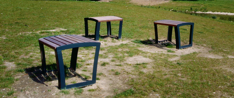 Presikhaafpark Arnhem meubilair antracietkleurig stalen frame zitting van houten latten